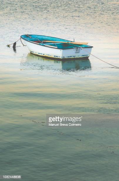 a lonely boat in ria de arousa, galicia - fischerdorf stock-fotos und bilder