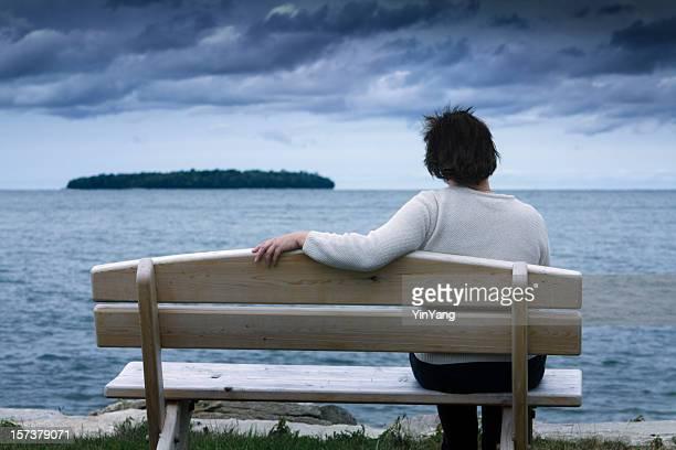 Solitario, Divorciado (a) o Viudo (a), triste, deprimida mujer Vida contemplativa solo