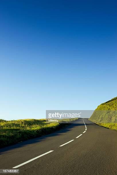 lonely estrada através de açores natureza - céu claro - fotografias e filmes do acervo