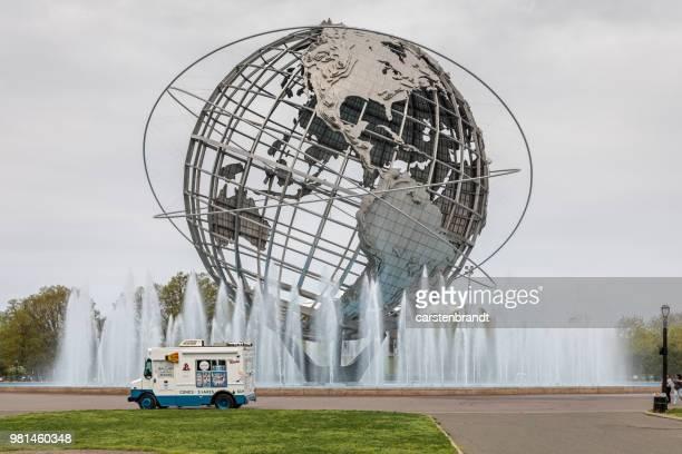 世界の球の前で孤独なアイス クリーム トラック - ユニスフェア ストックフォトと画像