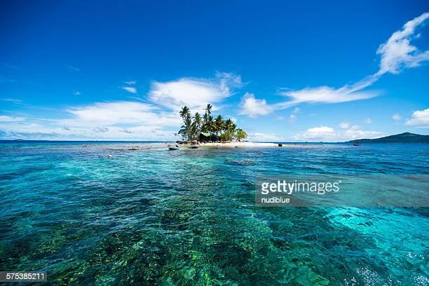 lonely island - lagon chuuk photos et images de collection
