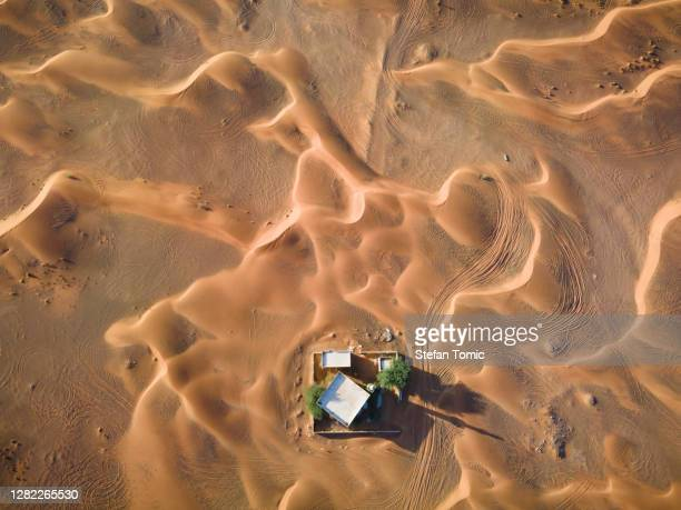 lonely mosque surrounded by desert and the sand dunes in sharjah emirate of uae - desert stock pictures, royalty-free photos & images