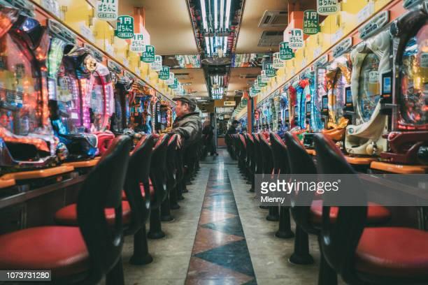 孤独なパチンコ ギャンブラー大阪 - 賭け事 ストックフォトと画像