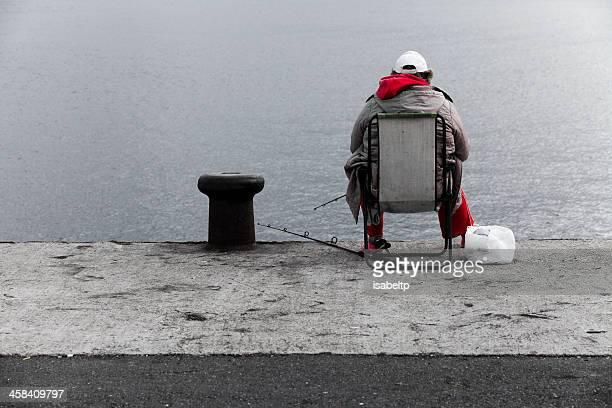 lonely paciente pesca - quayside fotografías e imágenes de stock