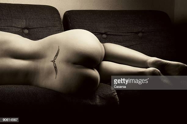 solitario - piel bonita mujer desnuda tumbada fotografías e imágenes de stock