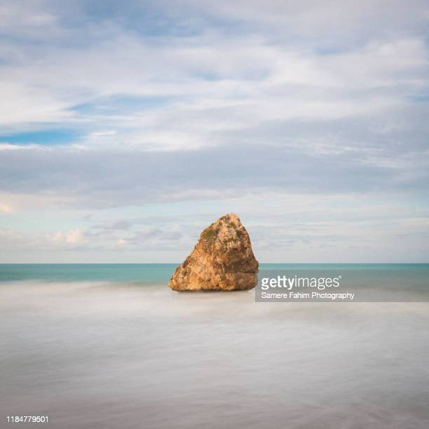 lonely rock in the middle of the sea - rock object photos et images de collection