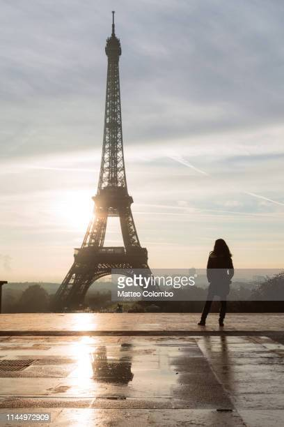 lonely woman in front of the eiffel tower, paris - esplanade du trocadero stock pictures, royalty-free photos & images