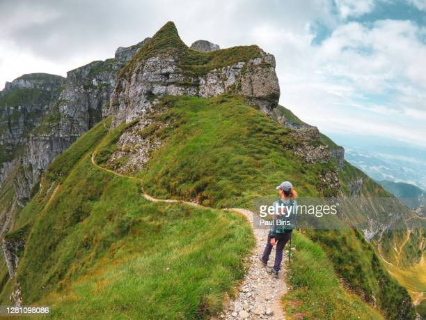 lonely woman on the way to turnurile tiganesti towers on the lateral ridge of bucegi mountains, romania - vista lateral stock pictures, royalty-free photos & images