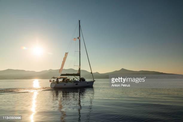 lonely yacht sailing on silent sea. caribbean sea - paisajes de isla de  granada fotografías e imágenes de stock
