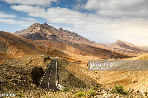 lonesome road on fuerteventura - wüste stock pictures, royalty-free photos & images