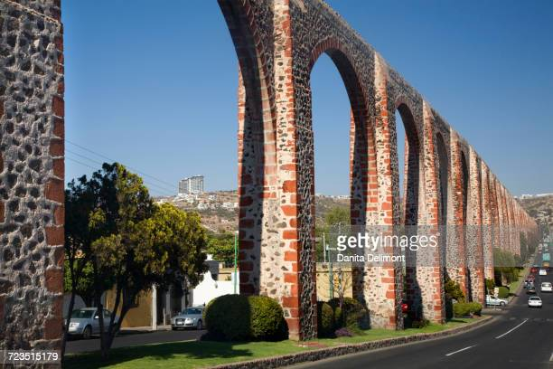 long ancient stone high aqueduct cars, queretaro, mexico - queretaro state stock pictures, royalty-free photos & images