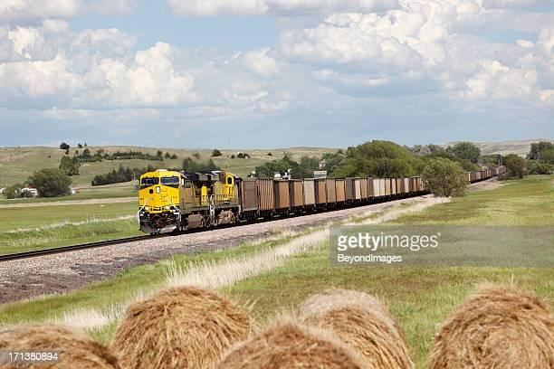 ロングコールを通り過ぎる電車干し草ベイルズ