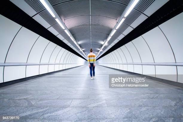 long corridor - simetria fotografías e imágenes de stock