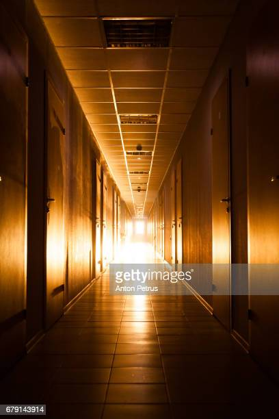 long corridor with light at the end - permanente - fotografias e filmes do acervo