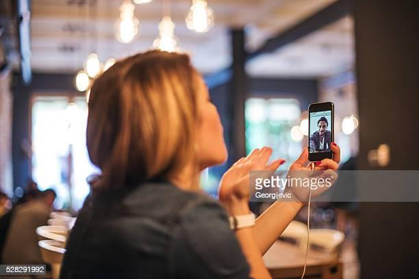 lange distance-beziehung - video call stock-fotos und bilder