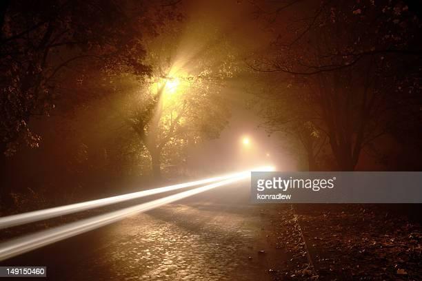 Longue exposition des sentiers de lumière de route de Foggy Bottom