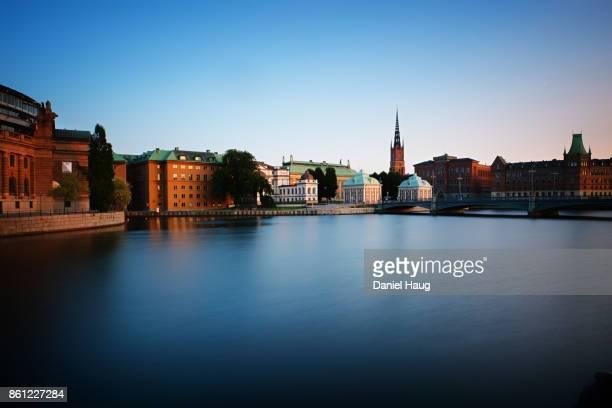 long exposure - dusk over gamla stan, stockholm's old town - riddarholmkirche stock-fotos und bilder