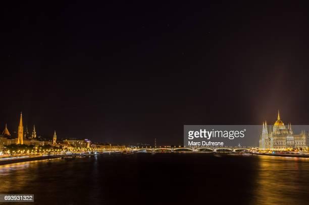Exposition longue vue de nuit du Parlement de Budapest du pont des chaînes Széchenyi
