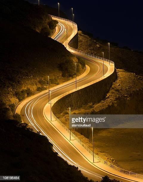 Langzeitbelichtung der Auto-Lichter auf gewundenen sagenumwobene Road