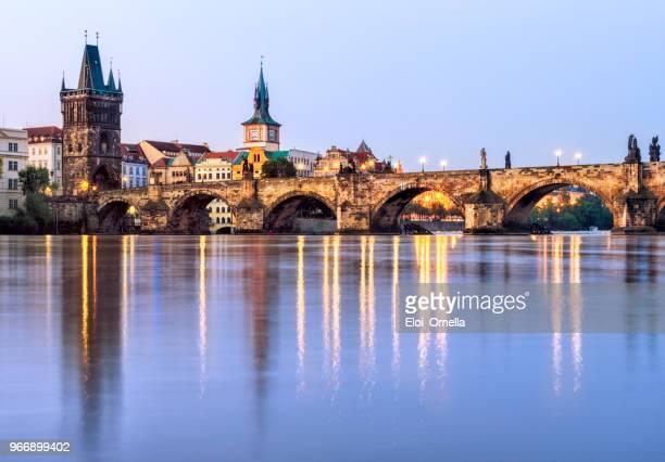 Puente de Carlos (Karlův más) en Praga en la hora azul. República Checa