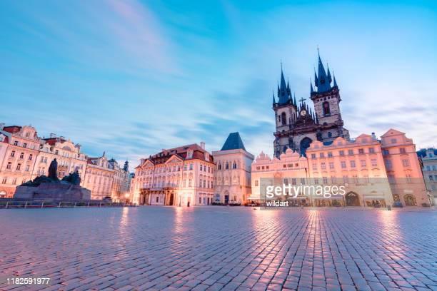 プラハの旧市庁舎タワーでティンの前に聖母教会の長期暴露 - プラハ 旧市街広場 ストックフォトと画像