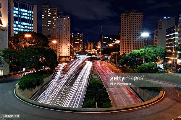 long exposure of head and tail lights at night - são paulo - fotografias e filmes do acervo