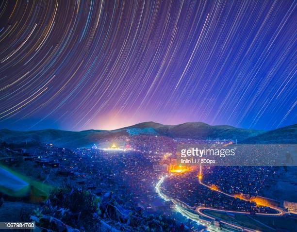 long exposure of night sky over city - long exposure stock pictures, royalty-free photos & images