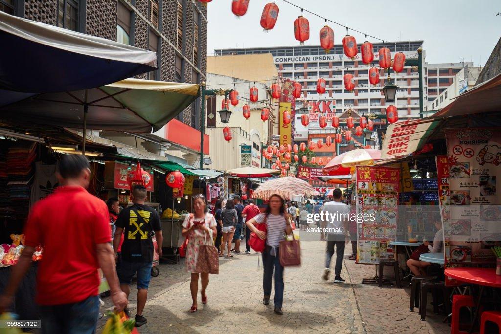 Langzeitbelichtung von Menschen beim Einkaufen in Petaling Street, Kuala Lumpur, Malaysia : Stock-Foto