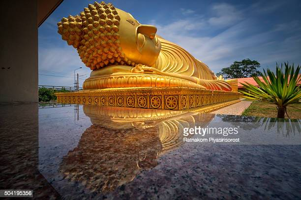 long exposure of reclining buddha statue in lam poh temple. - hat yai foto e immagini stock