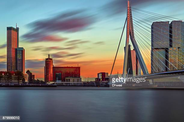 long exposure of rotterdam skylines and new meuse river during sunset, netherlands - hollande méridionale photos et images de collection