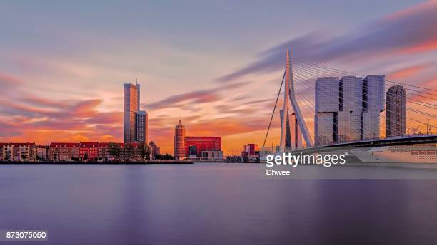 long exposure of rotterdam skylines at sunset with new meuse river on froreground, netherlands - hollande méridionale photos et images de collection