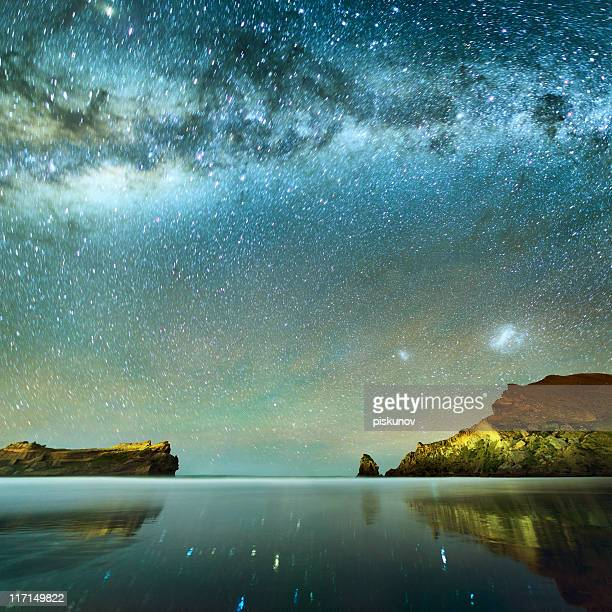 la exposición prolongada de las estrellas - espiritualidad fotografías e imágenes de stock