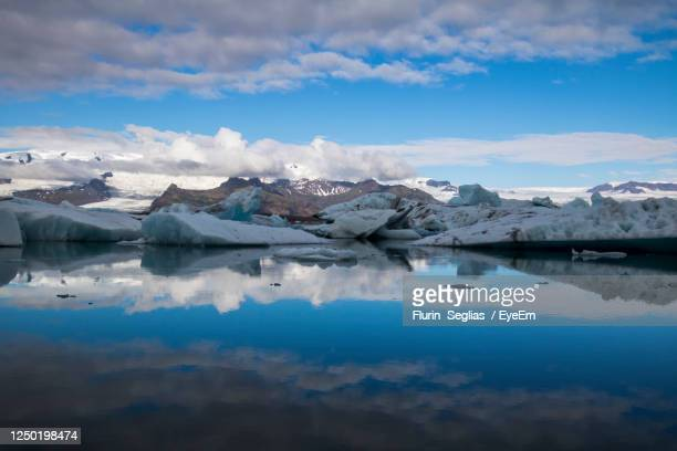 long exposure of the river at the ice lagoon at jökulsárlón, in the south of iceland - 氷河湖 ストックフォトと画像