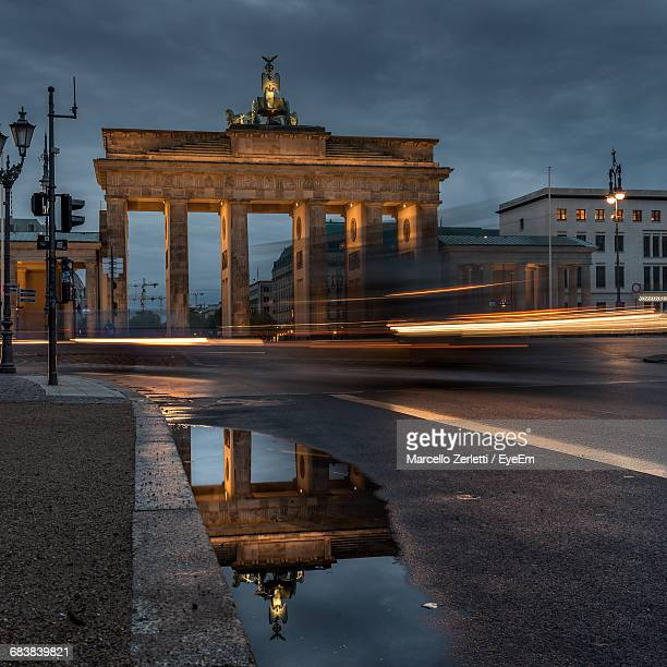 long exposure of vehicles on road passing through brandenburg at night - land brandebourg photos et images de collection