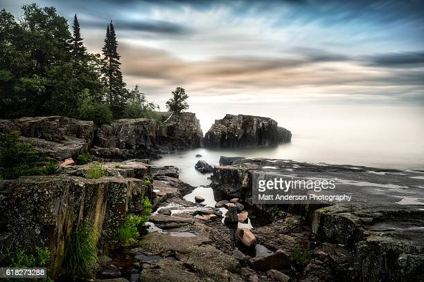 a long exposure on the coast of lake superior, near grand marais, minnesota. - minnesota foto e immagini stock