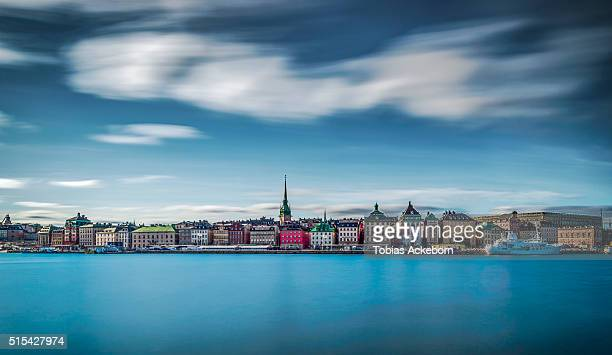 long exposure over old town in stockholm - stockholm photos et images de collection