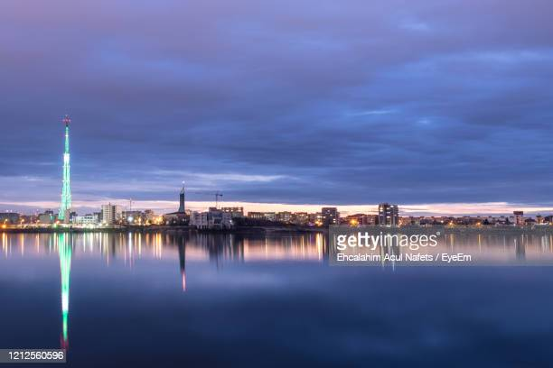 long exposure photo of a beautiful sunset at lacul morii lake with urban buildings in the background - bucarest foto e immagini stock