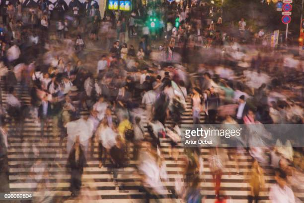 long exposure picture of people crossing in the scramble crossing of shibuya at night with nice motion effect. - 問題 ストックフォトと画像