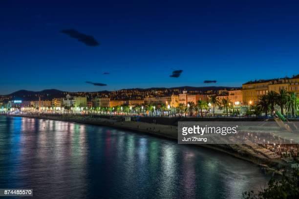Scène d'exposition longue de front de mer à Nice dans la nuit