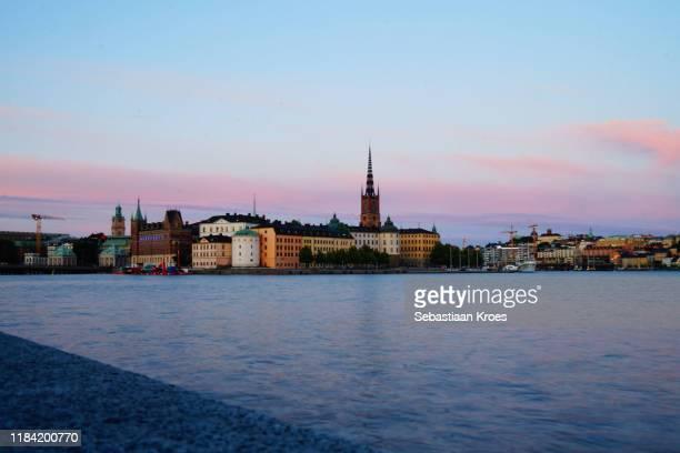 long exposure view on riddarholmen, dusk, stockholm, sweden - riddarholmkirche stock-fotos und bilder