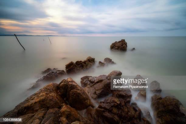 long exposure waves on rocky coastline - provincia di songkhla foto e immagini stock