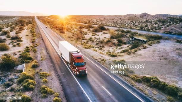 米国西部の田舎の州間高速道路での長距離セミトラック - 大型トレーラー ストックフォトと画像