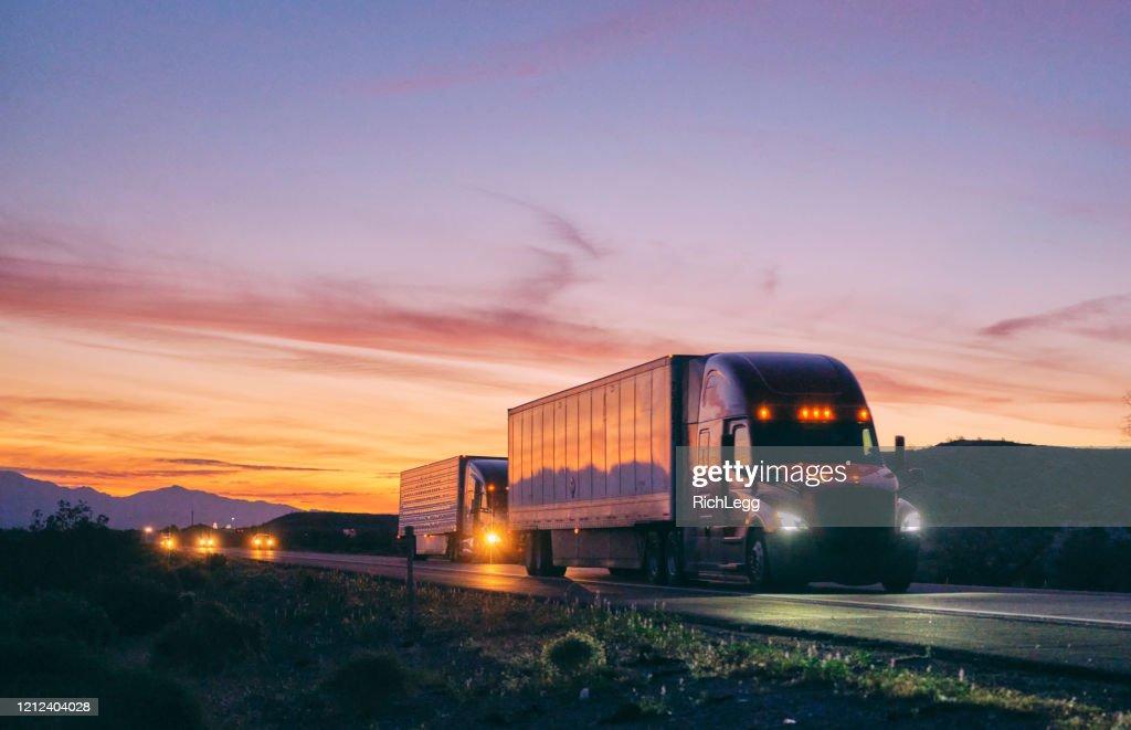 Long Haul Semi Truck auf einem rural Western USA Interstate Highway : Stock-Foto