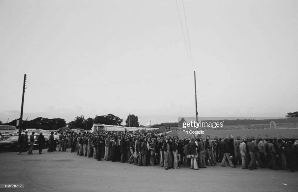 Queuing For Rush : News Photo