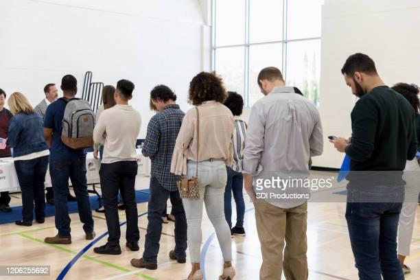 投票所の有権者の長い行 - 投票所 ストックフォトと画像
