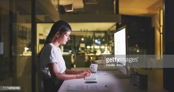 仕事に費やされた長い夜は成功の長い治世に変わる - extra long ストックフォトと画像