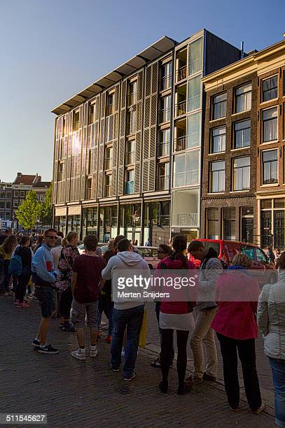 long queue outside anne frank house - anne frank house stock pictures, royalty-free photos & images