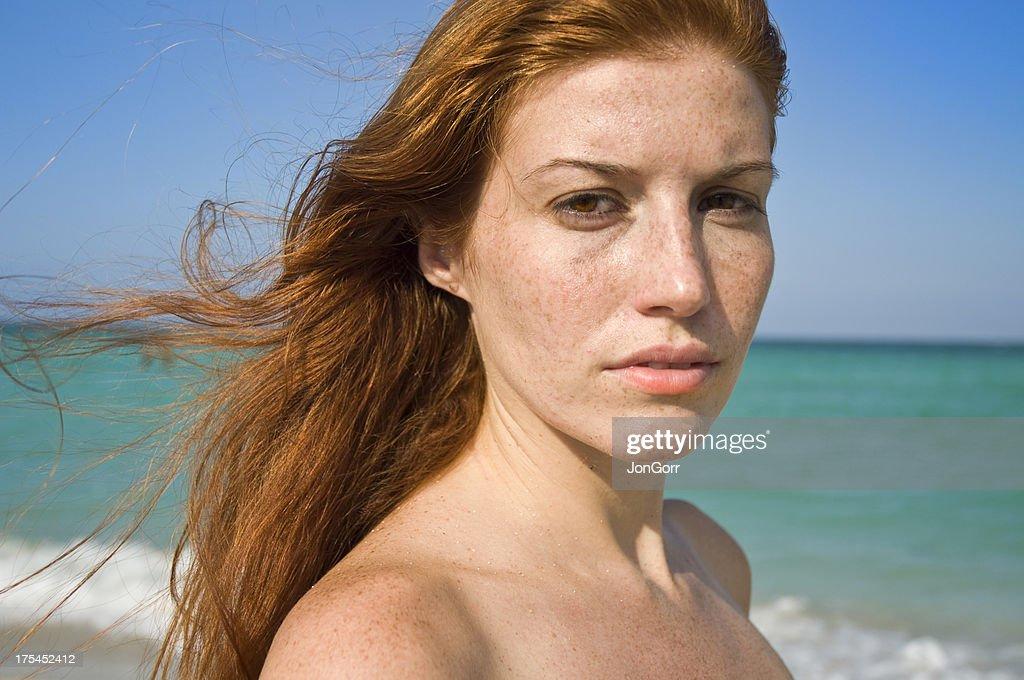 Lange Rote Haare Weiblich Topless Am Strand Ernsten Ausdruck