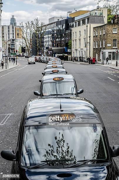 Longue rangée de taxis attend pour un client