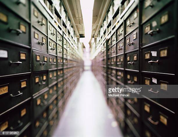 long rows of file cabinets - archiefbeelden stockfoto's en -beelden